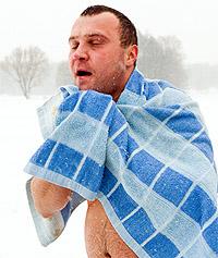 Махровое полотенце после обливания холодной водой, чтобы не заболеть