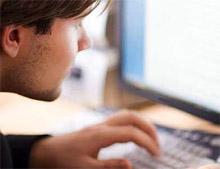 Мужчина общается с любовницей по интернету