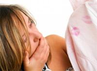 Следы губной помады на рубахе мужа - один из признаков измены